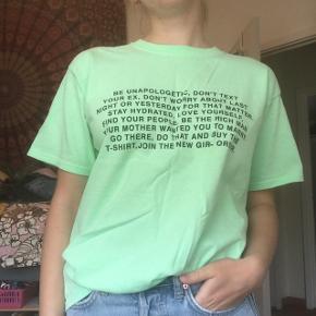 Fed neon grøn oversized T-shirt fra New Girl Order købt på ASOS i str. uk 6 / 34 Fed farve, der fremhæver solbrun hud. En anelse krøllet på billederne, men den kan selvfølgelig stryges eller foldes bedre😊 Brugt én gang  Byd endelig!