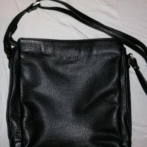 """ADAX taske: crossbody, dametaske, skuldertaske Sort, foran står der """"ADAX"""" med sølv bogstaver, bagpå er der et lille rum, tasken rummer tre gode rum SÆLGES, da det er et fejlkøb. Brugt en enkelt dag og har siden været opbevaret i mit skab i et års tid, hvorfor den ser helt ny ud og er ren.  Længde: 23 cm. Højde: 25 cm. Dybde: 9 cm. Skulderrem: 85-130 cm.  Ny pris: kr. 1.699  Modtager gerne realistiske bud.  Kan mødes og handle i KBH og ellers kan køber betale fragt."""