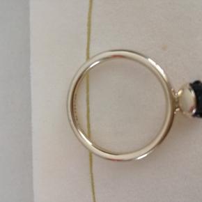 8 kt. guldring fra Spinning med sort rose i str. XS. Super flot:) Se billederne.