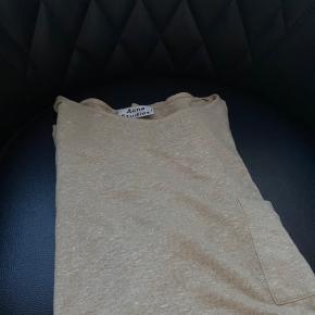 Helt ny Acne Studios t-shirt i 100% let og luftigt linen. Perfekt til sommeren. Jeg bruger normalt medium og trøjen passer mig.