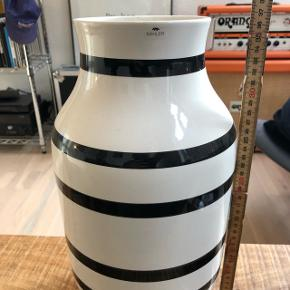 Kahler vase, 37 cm.  Trænger til en hurtig vask indvendigt. Ingen skrammer.   Kan sendes hvis køber betaler.
