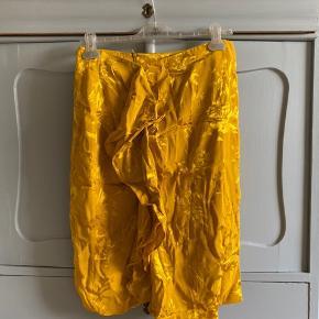 Tætsiddende nederdel fra Zara med frynsedetalje. Str L men svarer til M