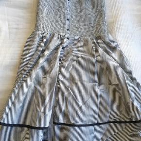 Sød Tommy Hilfiger kjole - perfekt til konfirmationer og andre fester Har haft den siden jeg var lille, men ikke brugt ret meget