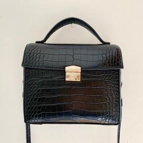 Fin og rummelig skuldertaske med faux krokodille læder fra Mango. Brugt som daglig taske i ca 1 år og der er derfor mærker på taskens hardware, som synligt på billedet. Ingen mærker eller lignende på selve tasken. Nypris: 60€ (ca 450kr)