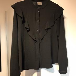 Sød skjortebluse med flæsedetaljer. Byd gerne! Køber betaler fragt.
