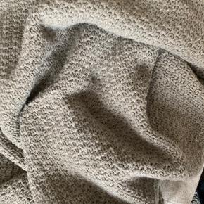 Smukt senge/sofatæppe fra Karameju i grå.  30% uld, 70% akryl.   God pæn stand. Kun brugt lidt - mest som pynt.  Nypris 1100,- Sælges for 500,-
