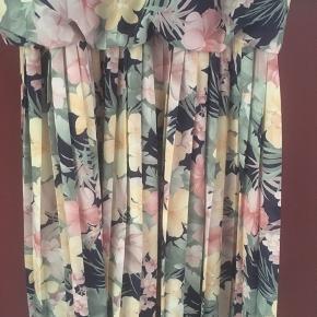 Smuk retro kjole med blomster 🌸🌺💐 perfekt sommerkjole. Størrelsen er 14/40, men kan passes af S til L, du er velkommen til at komme forbi og prøve den inden køb.