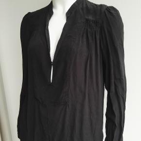 Varetype: 100% silketunika, tunika, silke, skjorte, skjortebluse, silkebluse, silkeskjorte, bluse Farve: sort Estimeret nypris: 1199 kr.  Materiale: 100% silke Mærke: Day Birger et Mikkelsen Vægt: 88 gram  Beskrivelse: Lækker tunika i silke. Super fin med læg, nederst foran er der en knap og hul længere nede.  Ved ærmerne er der ved håndleddet to små knapper, ved det ene håndled mangler én knap, deraf stand og pris. Den er lidt sandvasket og mat superfed i farven.  Style: 2141114660  Størrelse: 34 (xsmall, xtra small, xs) Mål:  Længde: 64 Ærme: 61,7 Bryst: 54,5 x 2 Nederst: 50,5 x 2  Klik på Køb nu knappen og køb med det samme. Hvis der er mere på min profil du ønsker at købe med, tilføjer du blot det.  Mine annoncer er delt op i kategorier, dvs. alle jeans, jakker, kjoler etc. er samlet hver for sig på profilen. Scrol og se alle ting i shoppen. Dukken er en str xs/s og 174 cm til sammenligning.
