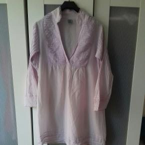 Lys rosa (nat)kjole med dyb udskæring og søde blonder