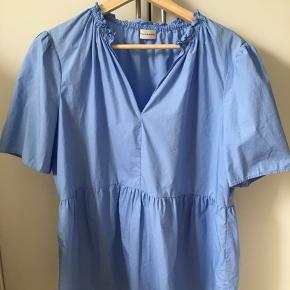 Fin blå skjorte fra By Malene Birger. Skjorten er brugt et par gange og vasket herefter. Ingen tegn på at den er brugt.  BYD ENDELIG 🌸