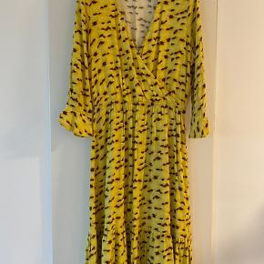 Smuk gul kjole som aldrig er blevet brugt