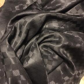 Silke 3 meter  145 bred  Købt i Paris  Evt til skjorte, bukser eller kjole