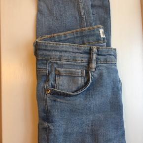 Skinny jeans fra ZARA. Jeg er 172cm. Bukserne er en størrelse xs i livet. De er ikke rigtig brugt. Dog er der et meget lille den af buksebenet hvor sygningen er ved at gå op, det kan dog nemt fikset, med nål og tråd. Prisen er inkl