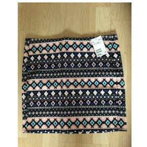 H&M mini skirt str 38 med print i missoni stil, NY med label, bomuld/lycra MÅL: Liv 78 cm, lgd 38 cm