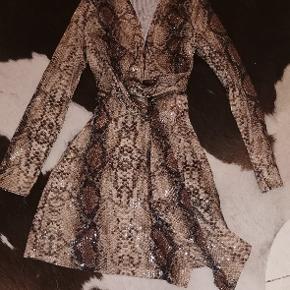 Palliet kjole med slange look