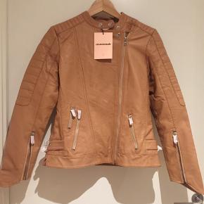 Helt ny lækker læderjakke i str 38/M. Måske kan en 40 også passe den. Nude farvet blød læder.