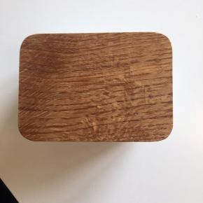 Låget er lidt slidt / indeni er som ny da den aldrig har været brugt kun stået frem til pynt