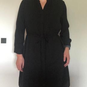 Kjole fra Selected femme Str 38   Farve: sort   Stand: Brugt 2 gange Detaljer: bindebånd i livet og 3/4 ærmer Stof: 100% polyester  Sender med DAO og handler via Trendsaleshandel