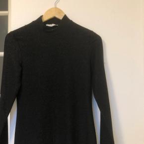 Fin kjole fra Samsøe Samsøe  Passer en smal - medium Brugt få gange Skriv pb for mere info