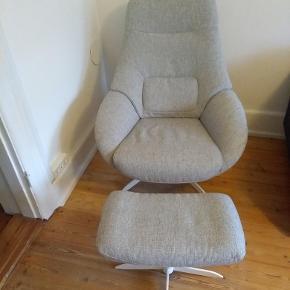 Saga lænestol med fodskammel fra Bolia  Lænestol med fodskammel. Utrolig komfortabel at sidde i.  Lænestol: Saga. Stofbetræk London farve Light grey. Hvidlakeret stålben  Dybde 84 cm, Bredde 77 cm, Siddehøjde: 53,5 cm, Siddehøjde: 45 cm, Ryghøjde: 100,5 cm.   Fodskammel: Saga. Stofbetræk London farve Ligh grey. Hvidlakeret stålben.  Dybde: 38 cm, Bredde: 55 cm, Siddehøjde: 42 cm  5 års garanti gældende fra september 2017. Har været i ikke-ryger hjem uden husdyr.  Kvittering haves.  Nypris for Lænestol og fodskammel 12.798kr. , men købt på tilbud til 9.597 kr..