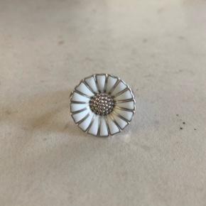Georg Jensen daisy ring 18mm sølv med hvid emalje. Brugsridser på bagsiden af ringskinne.  Str. 53 Nypris 1400,-