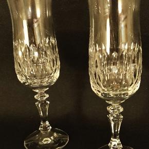 2 flotte ældre champagne fløjter i håndsleben krystal. Ingen skader.