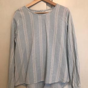 SKALL studio skjorte i 100% organic cotton. Knapper ned langs ryggen.