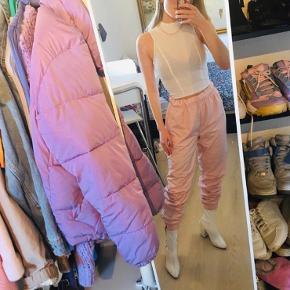 Mega fede tracksuit bukser i lyserød fra envii.  Har stadig prismærke på  Kan strammes ind i taljen