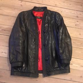 Vintage sort Birger Christensen læderjakke i str. 38. I rigtig fin stand - et lille slidmærke på højrebryst. Sælger for min mor, som har købt jakken for dyre domme for et par årtier siden.