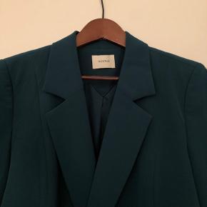 Virkelig flot blazer fra Gestuz, er brugt meget få gange. Har en super smuk grøn farve, der desværre ikke er helt til at fange på billeder ☺️