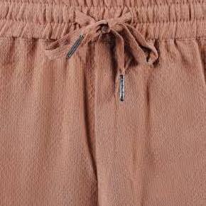 Fede shorts fra second female str xs.  Elastik i taljen. Størrelses svarende.  Har ingen billeder med dem på.  Nypris:499,-  Mål: foran: 39 cm bag: 43 cm talje: 65