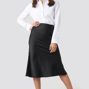 Smuk og elegant satinnederdel fra na-kd! Sælges da pasformen af nederdelen ikke var noget for mig alligevel 💗 Aldrig brugt  Byd gerne!