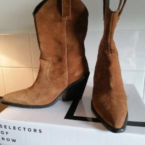 Lækre cowboy støvler fra Bronx. Meget behagelige at gå i. Brug meget få gange. Hælhøjde er 9 cm og skaftehøjde 30cm. Fejlkøb