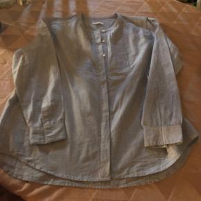 Lækker skjorte bluse i lyseblå / hvid nistret har aldrig brugt den og ny ( mangler prismærke )