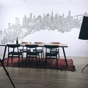 Et rustikt langbord/plankebord i egetræ med sorte svejsede bordben. Plads til et godt stort selskab! Et bord i utrolig lækker kvalitet. Sælges kun grundet flytning til mindre lejlighed. Købt ved ENT CPH. Flere billeder kan sendes. Bordet er kun 2 år gammelt og i virkelig god stand.  Nypris: 20.985kr  Kom med et bud