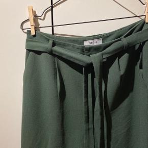 """Grønne bukser med bindebånd, lommer og """"snydelommer"""" bag på.🐢  Kan afhentes på Amagerbro eller sendes med DAO (køber betaler Porto). Byd gerne, mængderabat gives."""