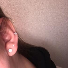 Mini ørering med sten 📏 Mini 💵 30kr ekskl. Fragt 📯 Kan også sendes med PostNord for 19,- Skriv til mig, hvis du er interesseret. Jeg sender samme dag, hvis der købes inden kl. 15*!❤️❤️❤️ Køber betaler selv fragt. Købte varer tages ikke retur. Bytter ikke.
