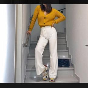 Suitpants/straight bukser fra Na-kd/Tina Maria-kollektion. De fitter ca. en S/M. Jeg har købt dem af en anden bruger herinde, men de er brugt meget få gange, da de var for små til hende og for store til mig 😅 (billederne er hendes) Der er dobbelt lag stof, så de er ikke gennemsigtige 🥰