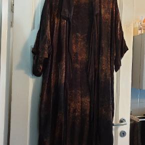 Batik kimono med lommer. Er lagt lidt op da den gik næsten helt ned til gulvet.  Måler 140 i omkreds og er 110 lang. Farverne er sort, brun og gylden. Tænker den passer str. 40 / 42 / 44 Meget smuk.