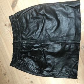 Lammeskinds nederdel - mega fin! Og populære med læder nederdele lige nu 😍
