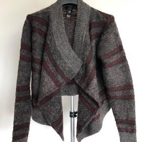 Den lækreste varme cardigan/strikjakke, som jeg aldrig har fået brugt. Blødt materiale af 38 % uld, 22 % nylon og 40 % akryl. Passes også fint af en medium.
