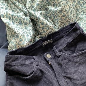 Super fin nederdel fra Brandy Melville☺️ Sælger den fordi jeg ikke får den brugt..  Den har ikke nogen tydelige tegn på slid  Kom endelig med bud:)