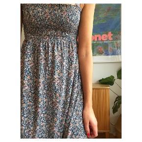 Fin blomstret kjole Fin som nederdel her til efterår med trøje udover