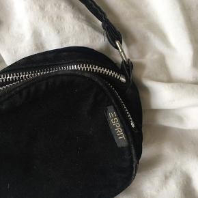 Fin lille cross body taske 💙 måler 14cm i breden og 12,5cm i højden.