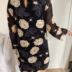 Perfekt stand ganni kjole i 100% viscose kan stryges længere
