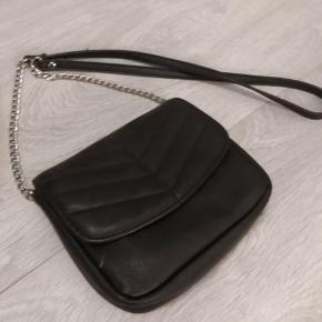 Sælger den fine sorte læder taske fra PIECES. Sælges da jeg desværre har for mange tasker jeg ikke får brugt 🌸 I rigtig fin stand