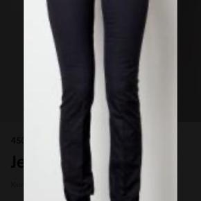 Varetype: Jeans Acne New Black Størrelse: 27 / 32 Farve: Sort Oprindelig købspris: 1200 kr.  Superlækre Acne i farven: New Black  A mid rise, skinny and straight leg jean. The contoured waistband gives the perfect fit over the back. Added stretch fabric ensures a perfect and comfortable tight fit. Classic styling with two front pockets, coin pocket, and two back patch  Tager ikke billeder med tøjet på