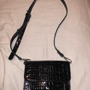 Fik den her sorte hvisk taske sidste jul i gave, har taget prismærke af og har bare fortrudt det, derfor kun brugt den 1 gang.