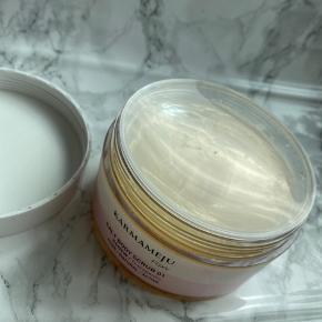 Sælger denne 'Salt Body Scrub 01' fra Karmameju. Brugt én gang.