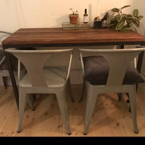 Sælger fire grå industrielle metal spisebordsstole for 1.200kr. De er alle i god stand :-)